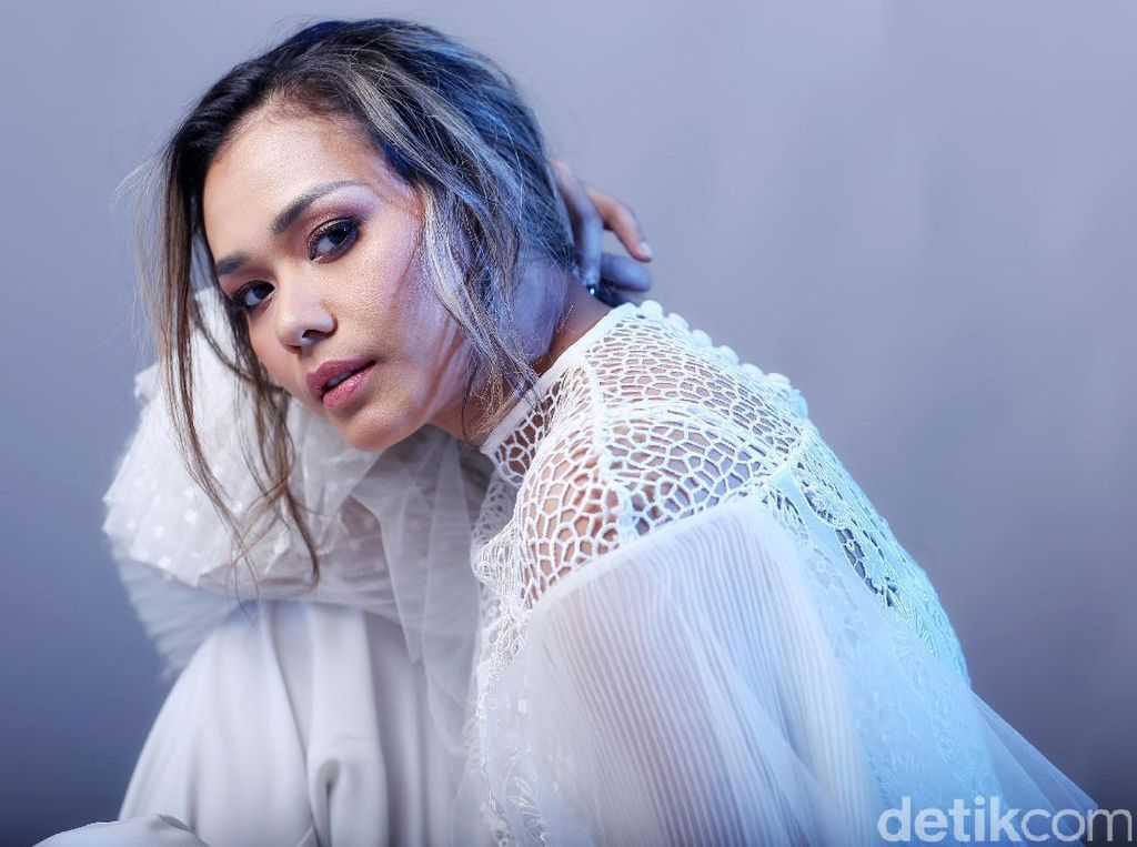 Beauty in White Adinia Wirasti