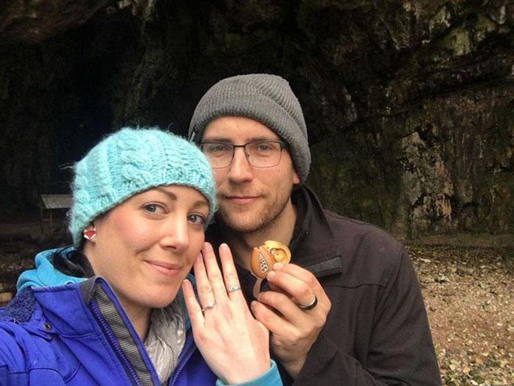 Viral, Momen Manis Pria yang Lamar Kekasih dengan Cincin Tersembunyi