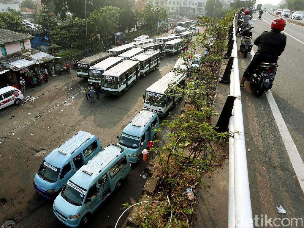 Angkutan Umum di Kampung Melayu Tetap Beroperasi Pasca Ledakan