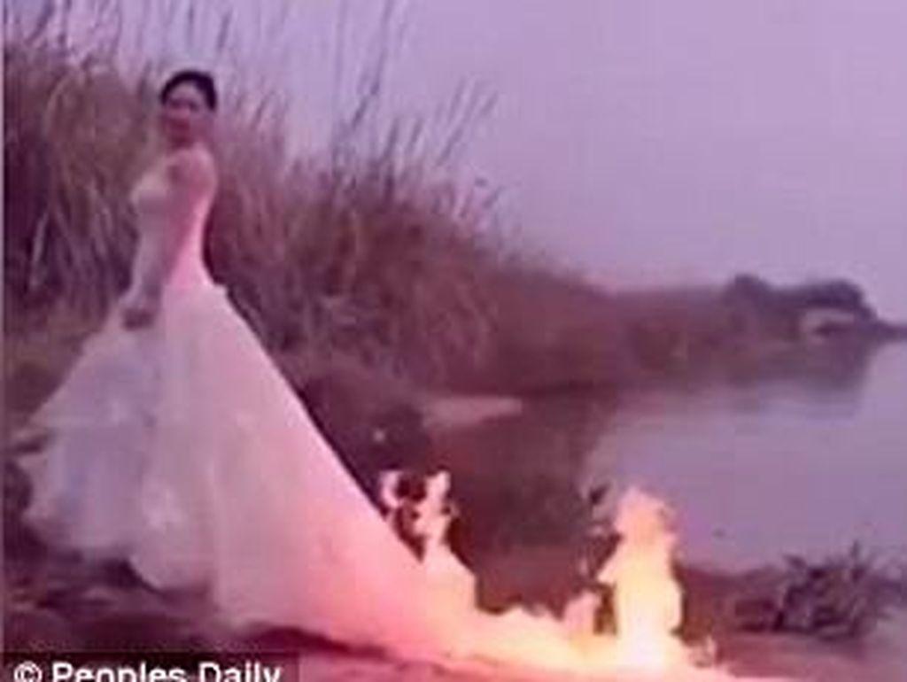 Calon Pengantin Nekat Pakai Gaun Terbakar Demi Foto Prewedding Dramatis