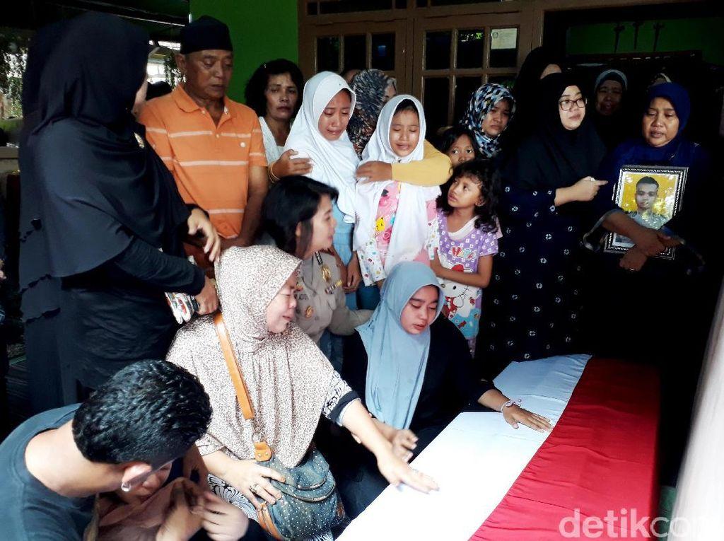 Isak Tangis Keluarga Bripda Taufan Pecah usai Salat Jenazah