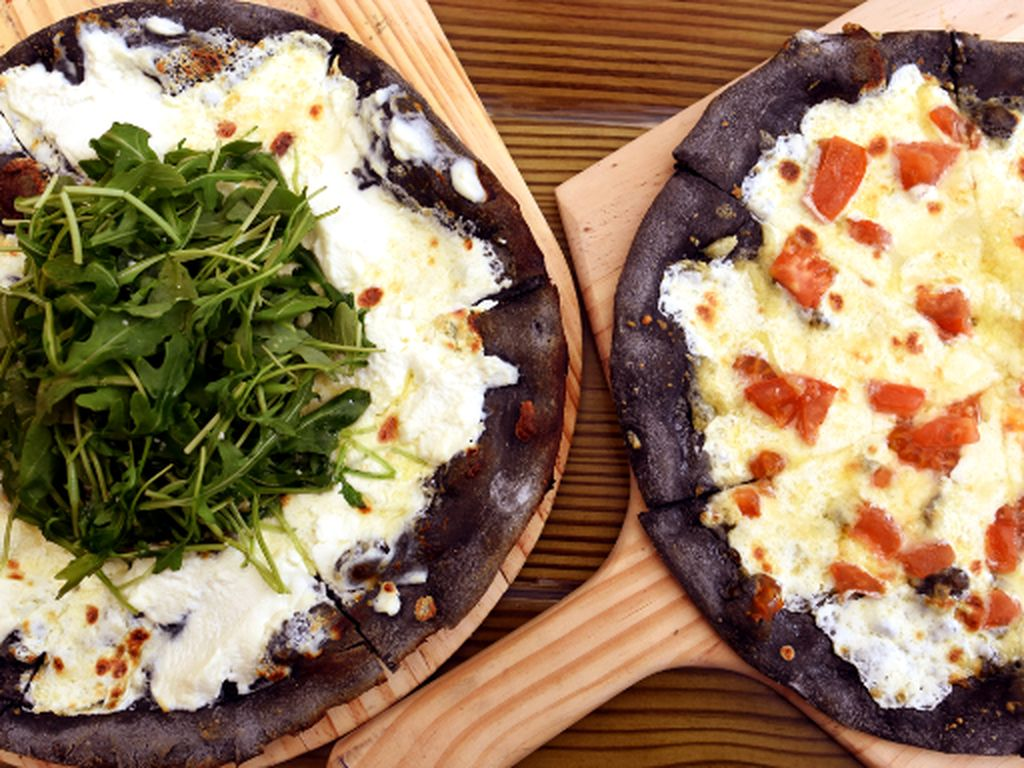 Setelah Es Krim, Kini Ada Pizza, Pasta dan Keju Serba Hitam
