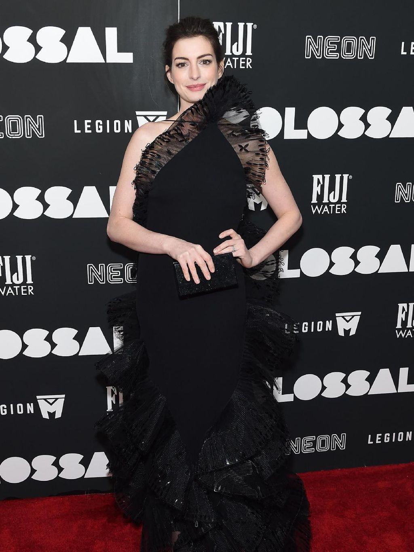 Foto: 15 Pesona Gaun Malam Anne Hathaway di Red Carpet