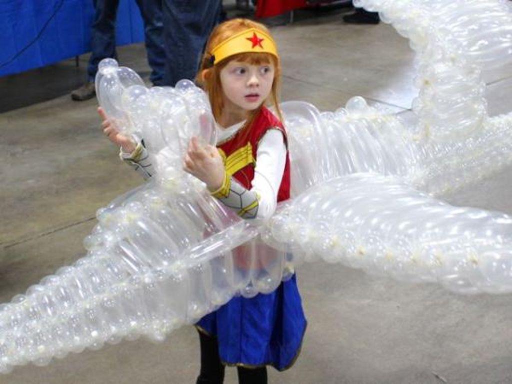 Gadis Kecil Viral karena Pakai Kostum Wonder Woman dan Invisible Jet