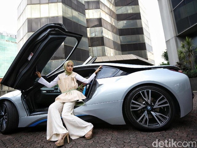 Pesona Hijabers di Mobil Sport