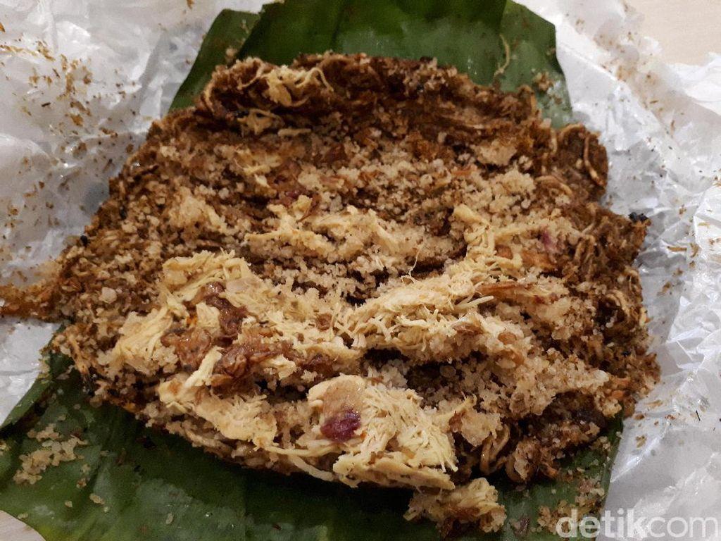 Kerak telor di Umaramu istimewa karena dibuat dengan mie. Tampilannya cantik dengan bungkusan pita layaknya permen.