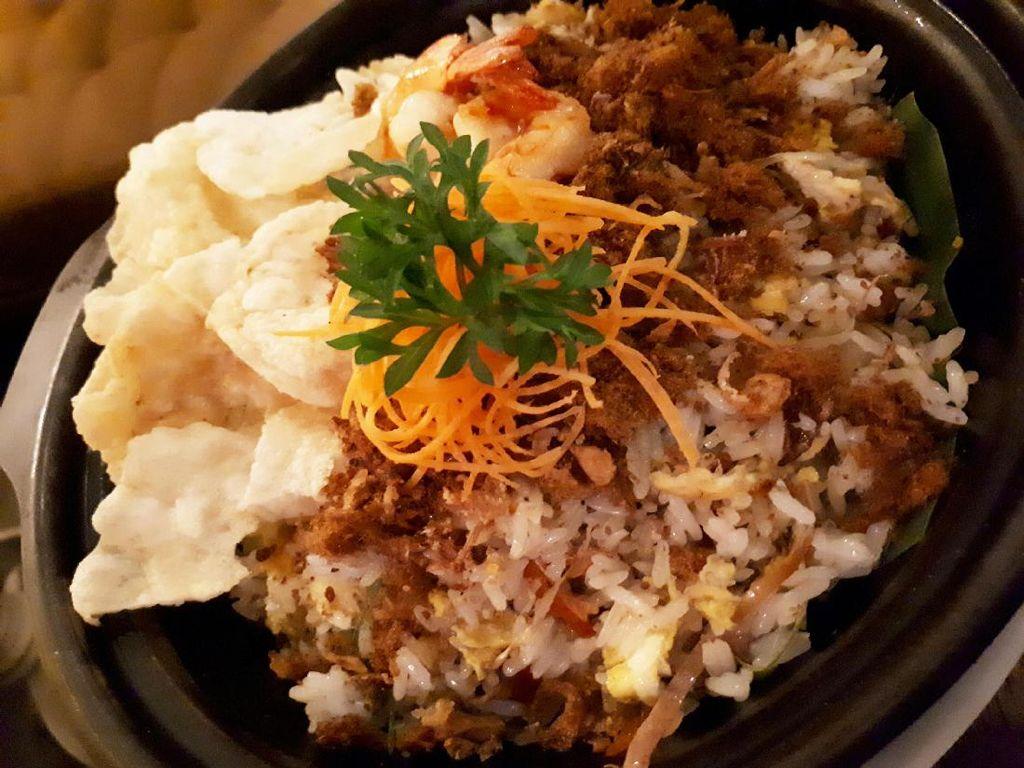 Nasi Goreng Bunga Kencong, nasi goreng diberi irisan kecombrang. Pelengkap lainnya berupa orak arik telur, udang renyah, abon dan emping. Nasi goreng rasanya paduan gurih, manis abon dan sedikit asam kecombrang.