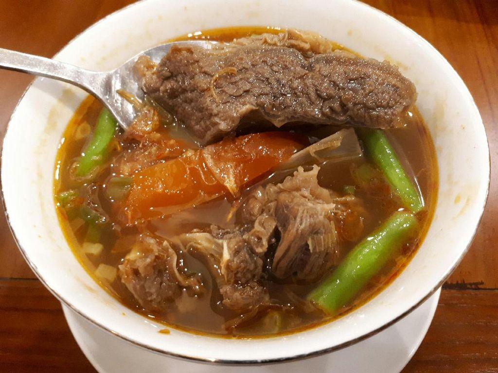 Suka Masakan Indonesia? Cicipi Cireng Banjur dan Asam-Asam Iga di Sini