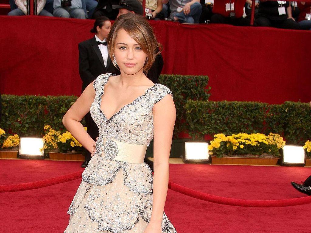 Foto: 20 Inspirasi Gaun Malam Selebriti Dunia yang Mencuri Perhatian