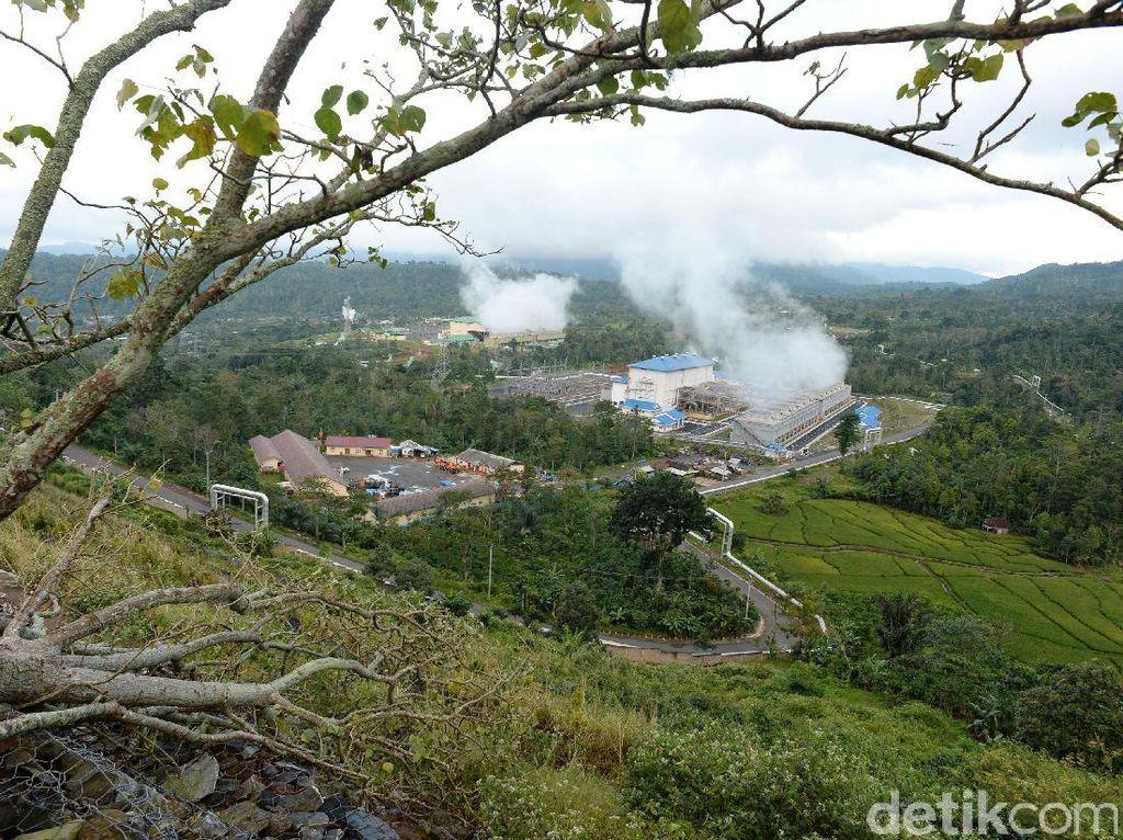 Lansekap hijau perbukitan Tenggamus, Lampung memperlihatkan Pembangkit Listrik Tenaga Panas Bumi (PLTP) 3 dan 4 Ulubelu.