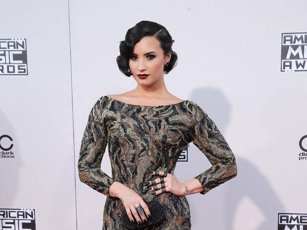 Foto: 10 Gaya Elegan Demi Lovato yang Menarik Perhatian