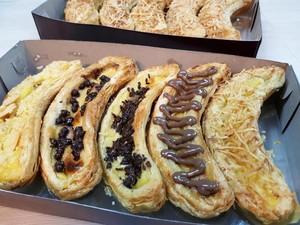 Uniknya Pie Bentuk Pisang dengan Topping Cokelat Leleh hingga Isian Daging!