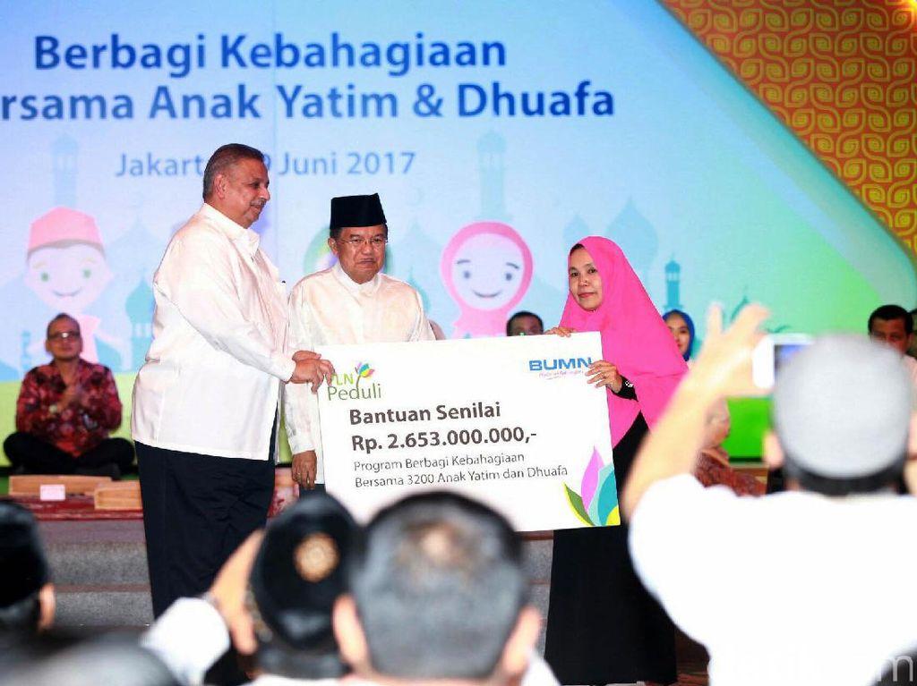 Direktur Utama PLN Sofyan Basir dan Wakil Presiden Jusuf Kalla memberikan santuan kepada anak yatim dan dhuafa.