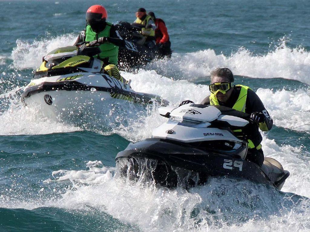 Sejumlah anggota Seadoo Club Indonesia melakukan konvoi menggunakn jet ski.
