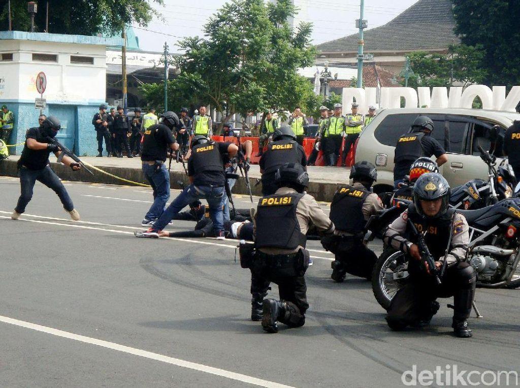 Selain mengamankan arus lalulintas dari kemacetan panjang, Petugas Kepolisian dari Polres Banyumas juga dituntut agar mampu mengatasi ancaman teror yang menungkin terjadi saat arus mudik lebaran.