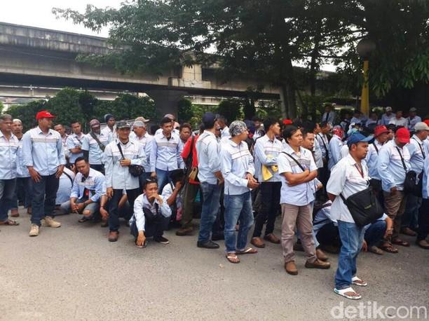 Demo Ratusan Karyawan Kontrak Sopir Tangki BBM Pertamina