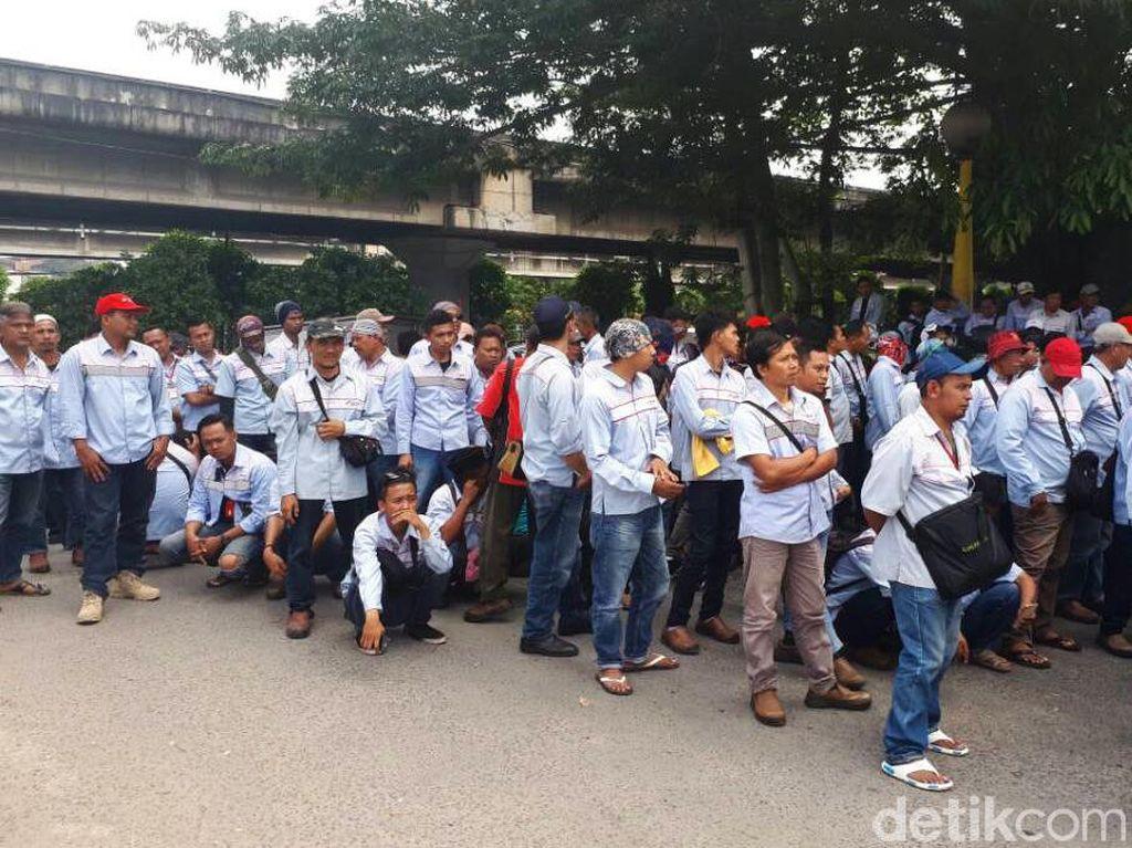 Penampakan ratusan karyawan kontrak sopir tangki BBM anak usaha Pertamina yang berdemo di Jembatan 3 Depot BBM di Plumpang, Jakarta Utara, Senin (19/6/2017).