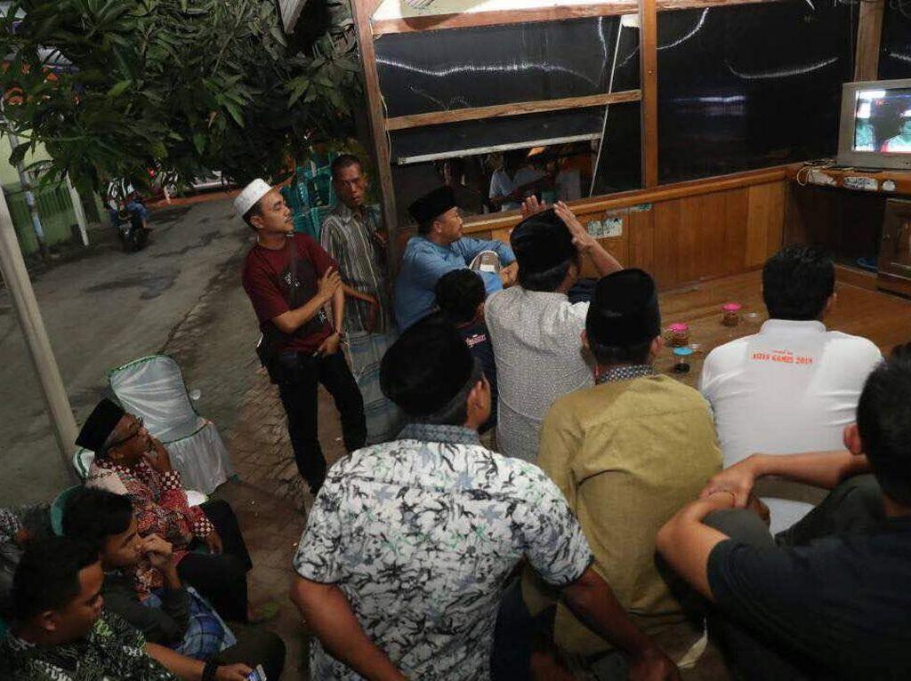 Di pos ronda di dusun Kedungcangkring, Jabon, Sidoarjo, Jawa Timur, inilah Imam menonton aksi Owi/Butet, Minggu (18/6), bersama warga setempat. (Foto: dok. Humas Kemenpora)