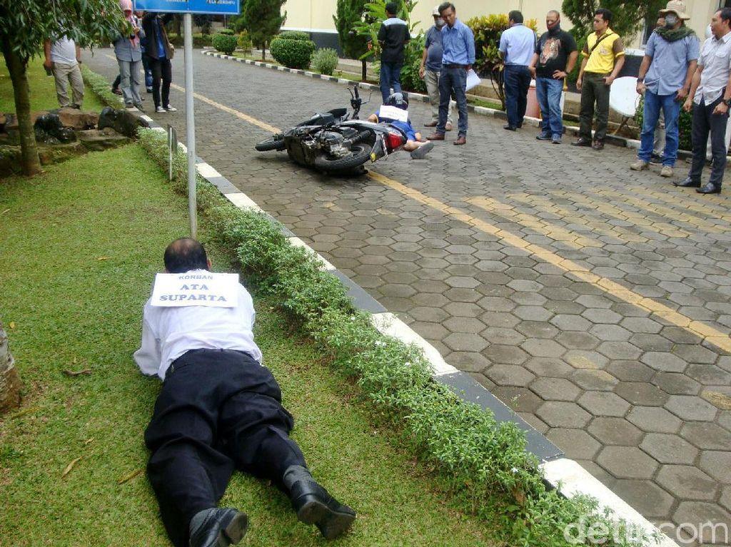 Muhammad Ibnu Dar sempat terjatuh saat menabrakkan sepeda motornya ke polisi.