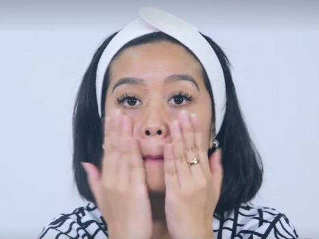 Video: Teknik Menampar Wajah Sendiri ala Wanita Korea Untuk Wajah Awet Muda
