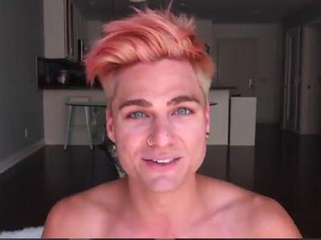 Tips Mudah Mewarnai Rambut Pakai Minuman Soda ala Vlogger Pria Ini Viral