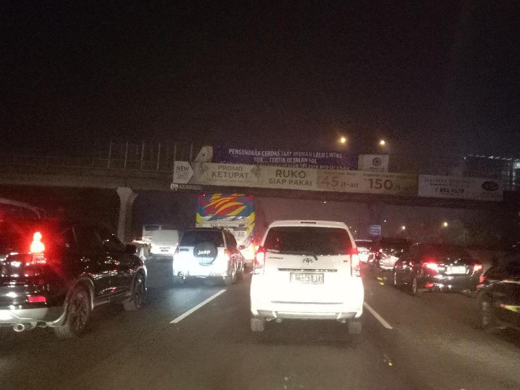 Jarak 10 Km Ditempuh dalam 1,5 Jam di Tol Jakarta-Cikampek