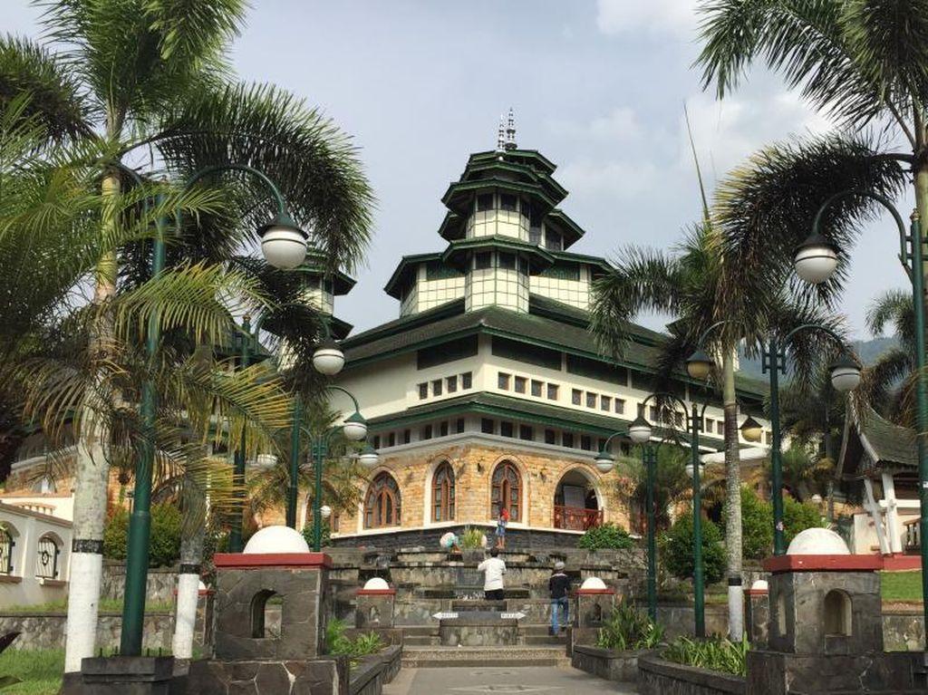 Masjid Unik Di Tepi Danau Maninjau Sumatera Barat