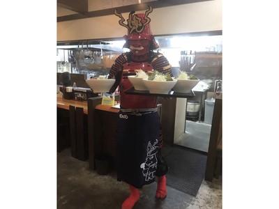Serunya Makan Ramen Dilayani Chef Berkostum Samurai!
