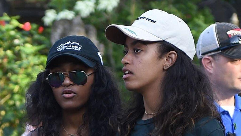 Foto: Gaya Putri Obama Padukan Sarung Bali dan Sneakers di Pura Tirta Empul