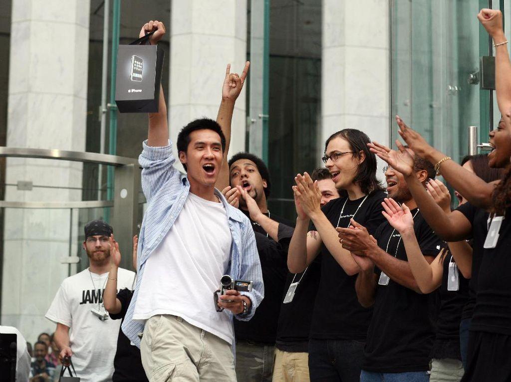 Raut Kegembiraan Apple Fanboy Sambut Kehadiran iPhone