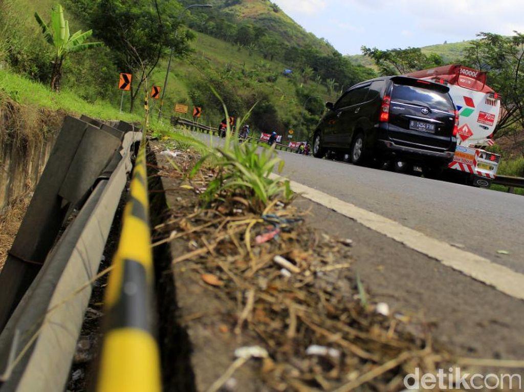 Perhatian, Banyak Pembatas Jalan Rusak di Jalur Nagreg
