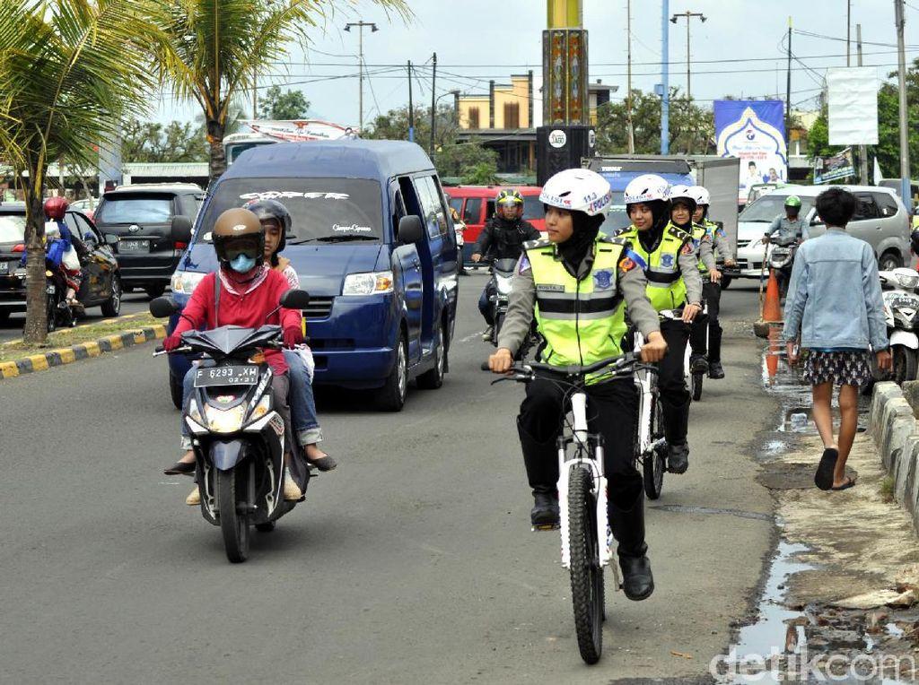 Gesitnya Polwan Berhijab yang Gowes Urai Kemacetan di Cianjur