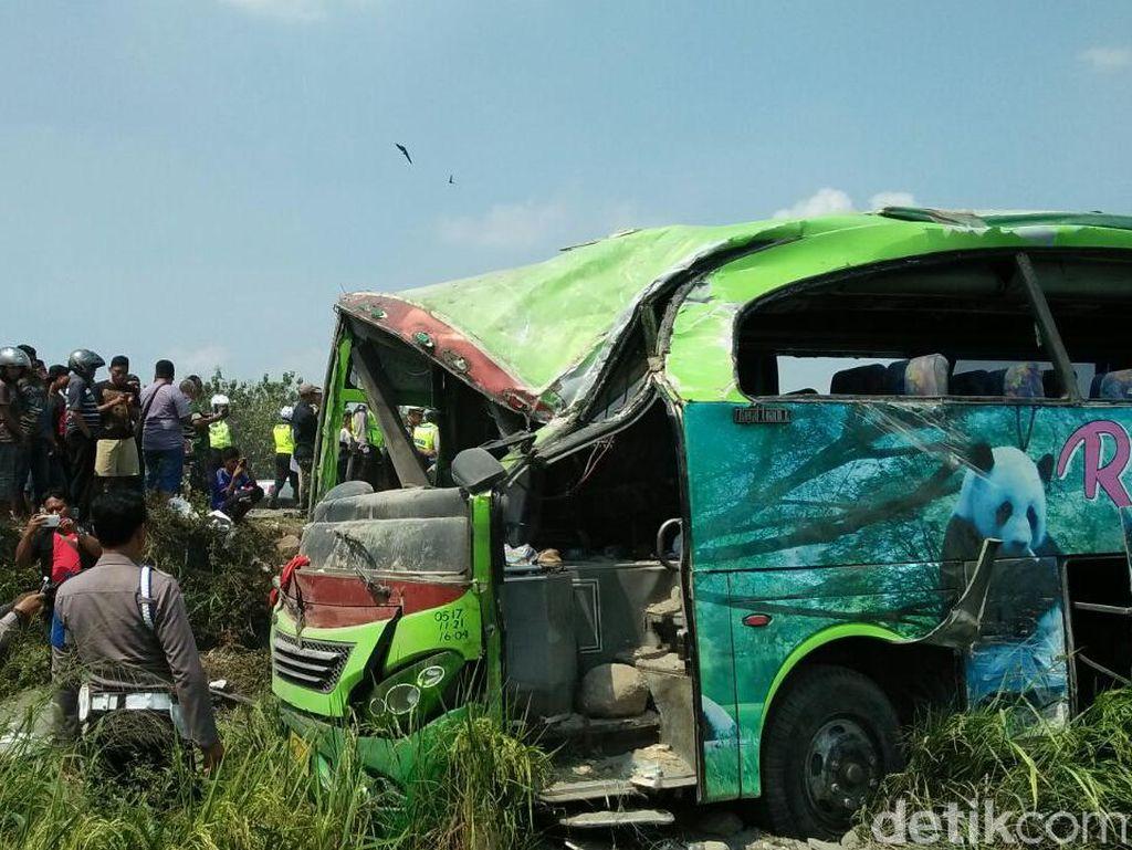 Bus Restu Terguling ke Sawah, Puluhan Penumpang Luka