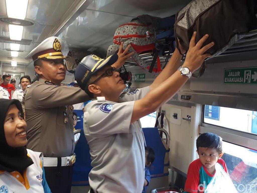 Asyik...Warga Balik Bareng ke Jakarta Naik Kereta