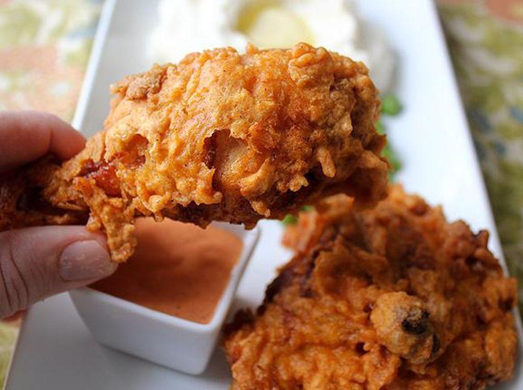 Mana yang Kalorinya Lebih Tinggi, Fried Chicken Bagian Dada atau Paha?