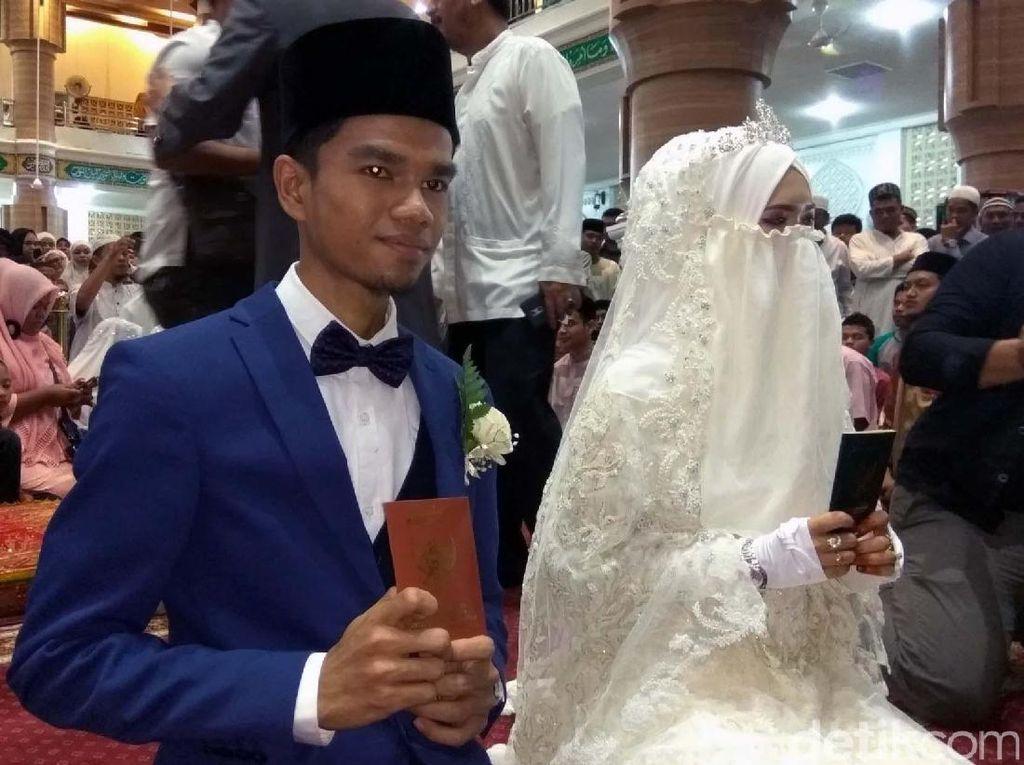 Foto: Anggunnya Istri Muzammil Hasballah Pakai Cadar Saat Menikah