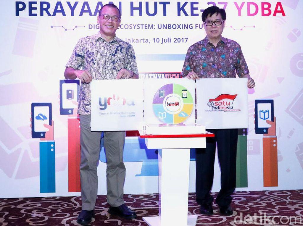 Ketua Pembina YDBA Johannes Loman (kanan) dan Ketua Pengurus YDBA Henry C. Widjaja (kiri) meluncurkan Digital Ecosystem di sela-sela perayaan HUT ke-37 YDBA di William Soeryadjaya Hall, PT Astra International Tbk, Jakarta, Senin (10/7/2017). Pool/YDBA.