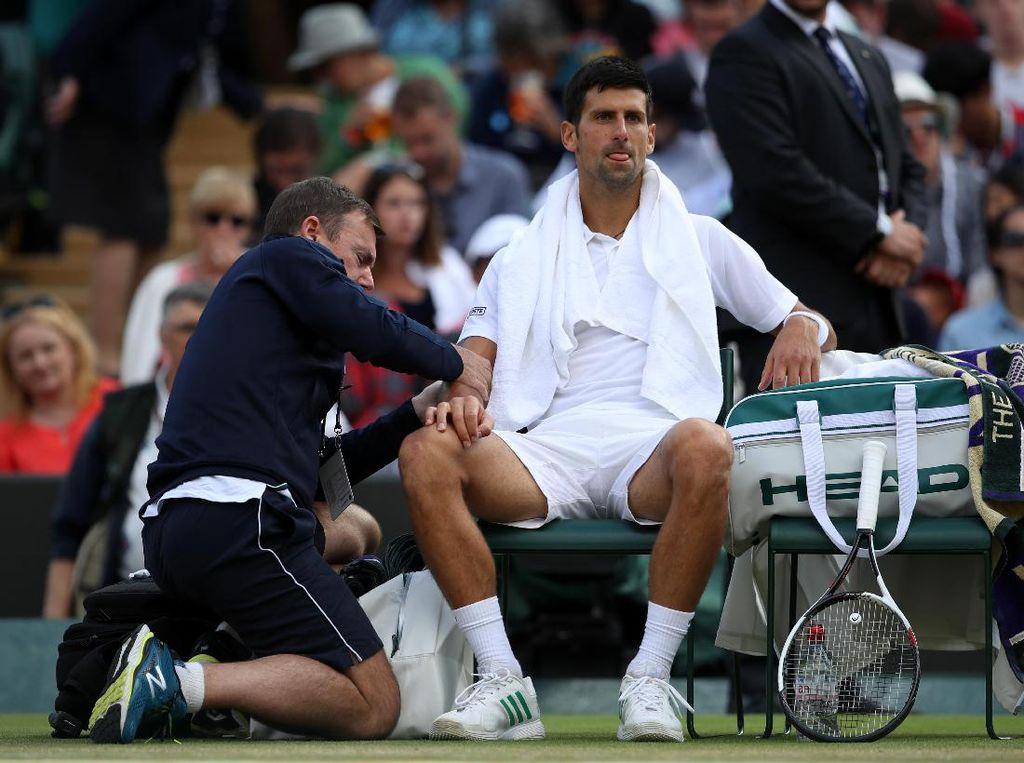 Perjalanan Novak Djokovic di Wimbledon tahun ini berakhir mengecewakan. Dia harus mundur di perempatfinal karena cedera siku. Foto: Julian Finney/Getty Images