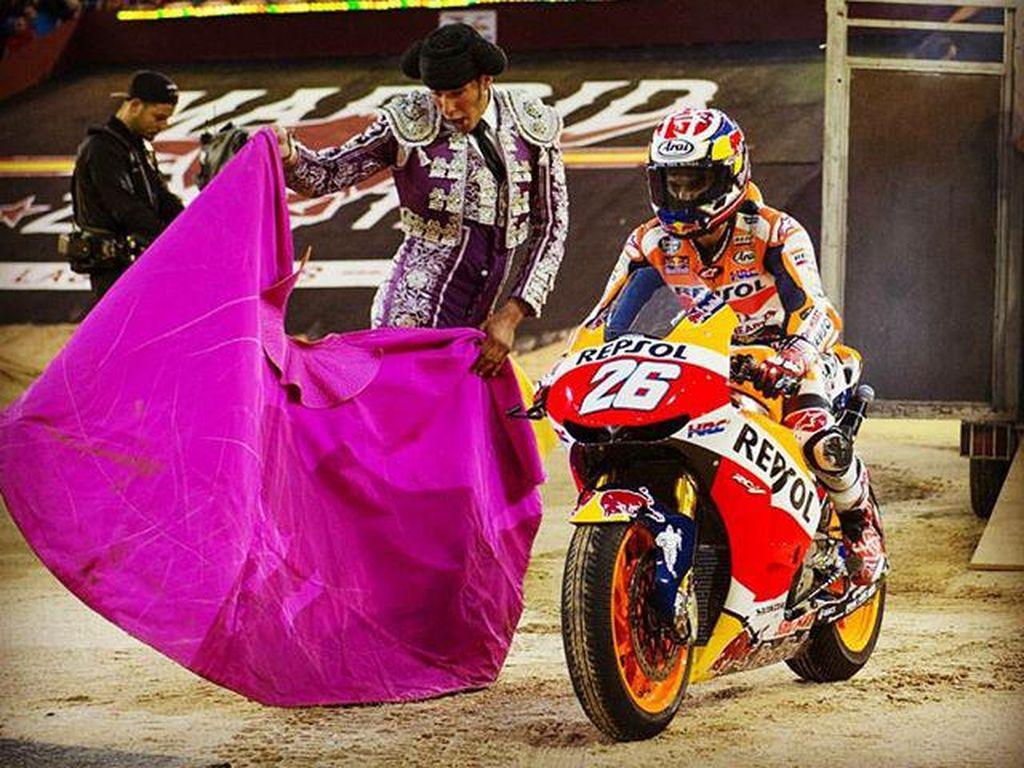 Aksi matador ini tidak melibatkan banteng. Dani Pedrosa di atas motor Honda jadi ganti bantengnya! (Instagram @26_danipedrosa)
