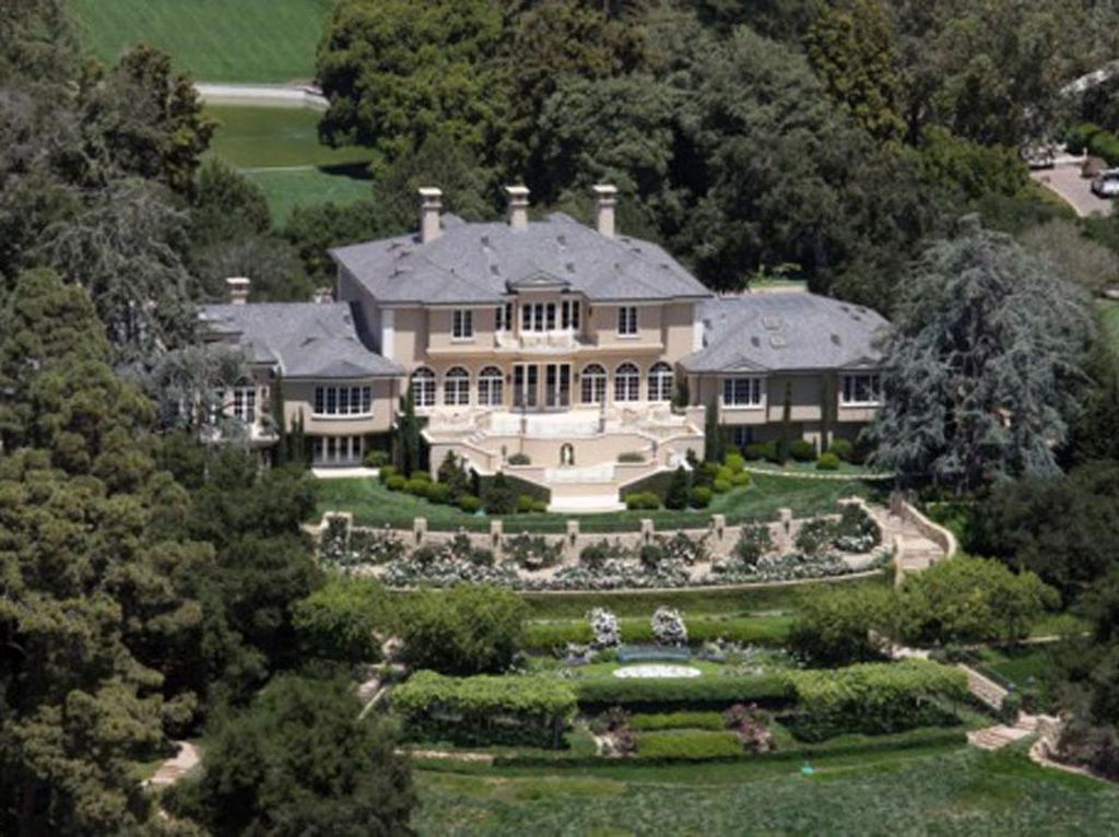 Rumah Oprah Winfrey. Salah satu wanita terkaya di dunia ini memiliki rumah di Montecito, Calif. Dia membeli rumah ini seharga US$ 50 juta pada 2001. Rumah ini berdiri di atas lahan 23.000 kaki dengan bergaya Georgian style. Oprah menyebut rumah ini Promised Land. Bagi tamu yang ingin berkunjung harus melewati pemeriksaan ketat. Pool/Forbes.