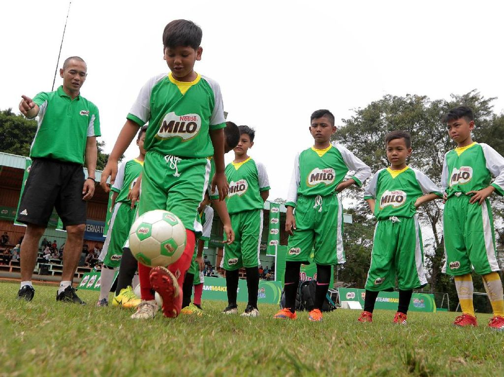 Kurniawan Dwi Yulianto memberikan motivasi serta pelatihan teknik dasar sepak bola kepada para peserta seleksi akhir MILO Road to Barcelona di International Sports Club of Indonesia (ISCI), Sabtu (15/7).