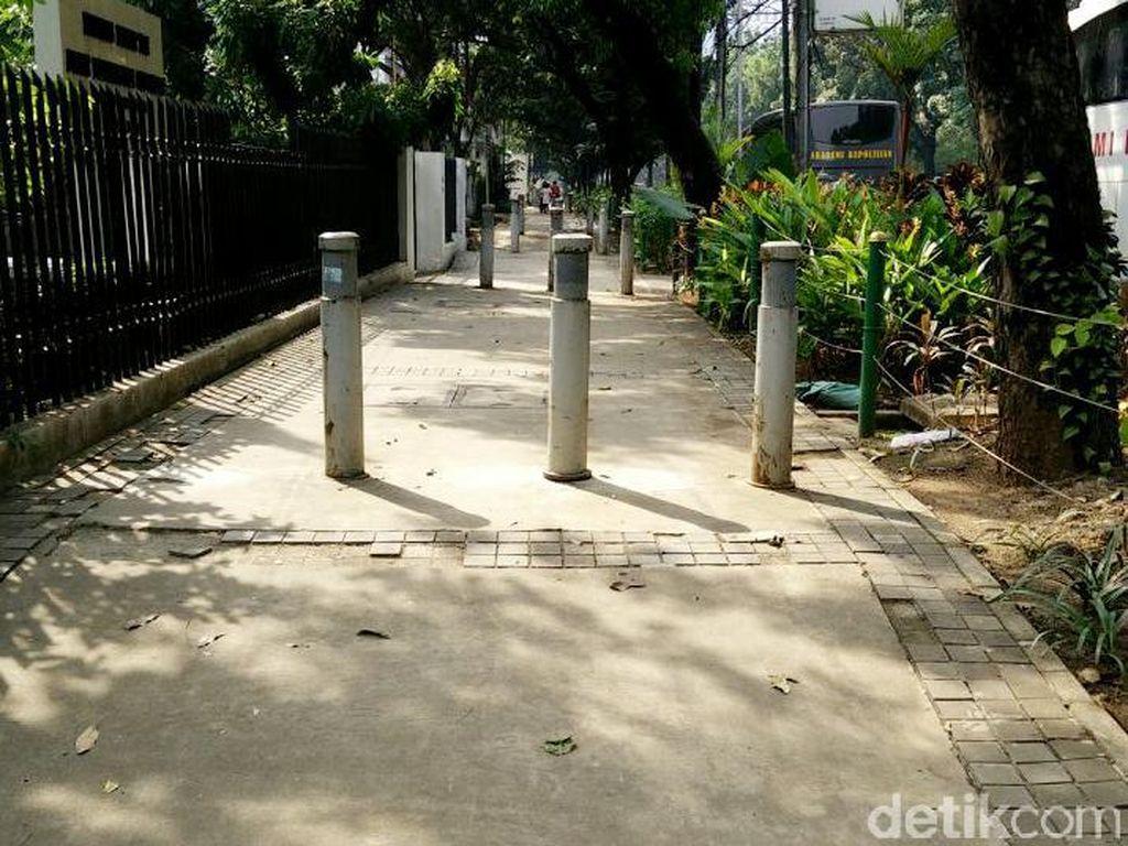 Salah seorang petugas keamanan gedung di kawasan Kebon Sirih Yusuf menuturkan, para pengendara motor yang melewati trotoar di wilayah tersebut memang sudah menjadi pemandangan biasa.