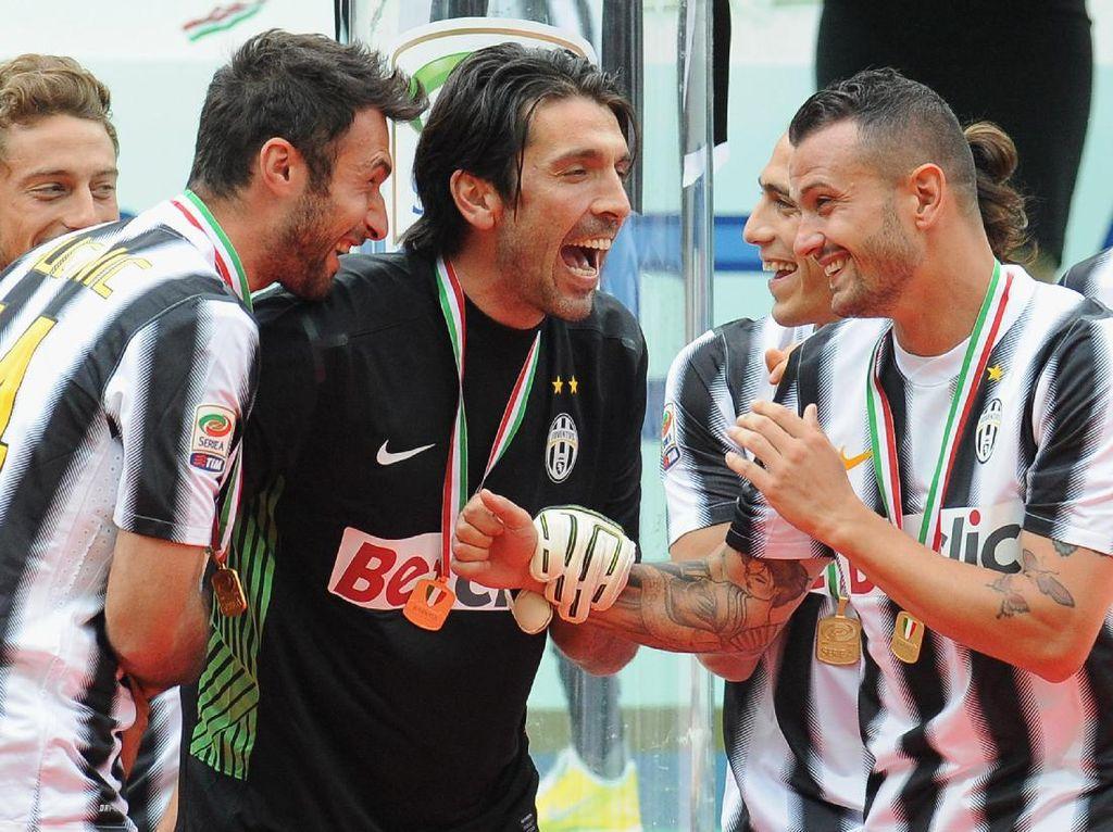Gianluigi Buffon adalah satu dari segelintir pemain yang masih tersisa dari musim kebangkitan Juventus di 2011/2012 silam. Kiper 39 tahun itu saat ini masih menyandang ban kapten. (Foto: Getty Images)