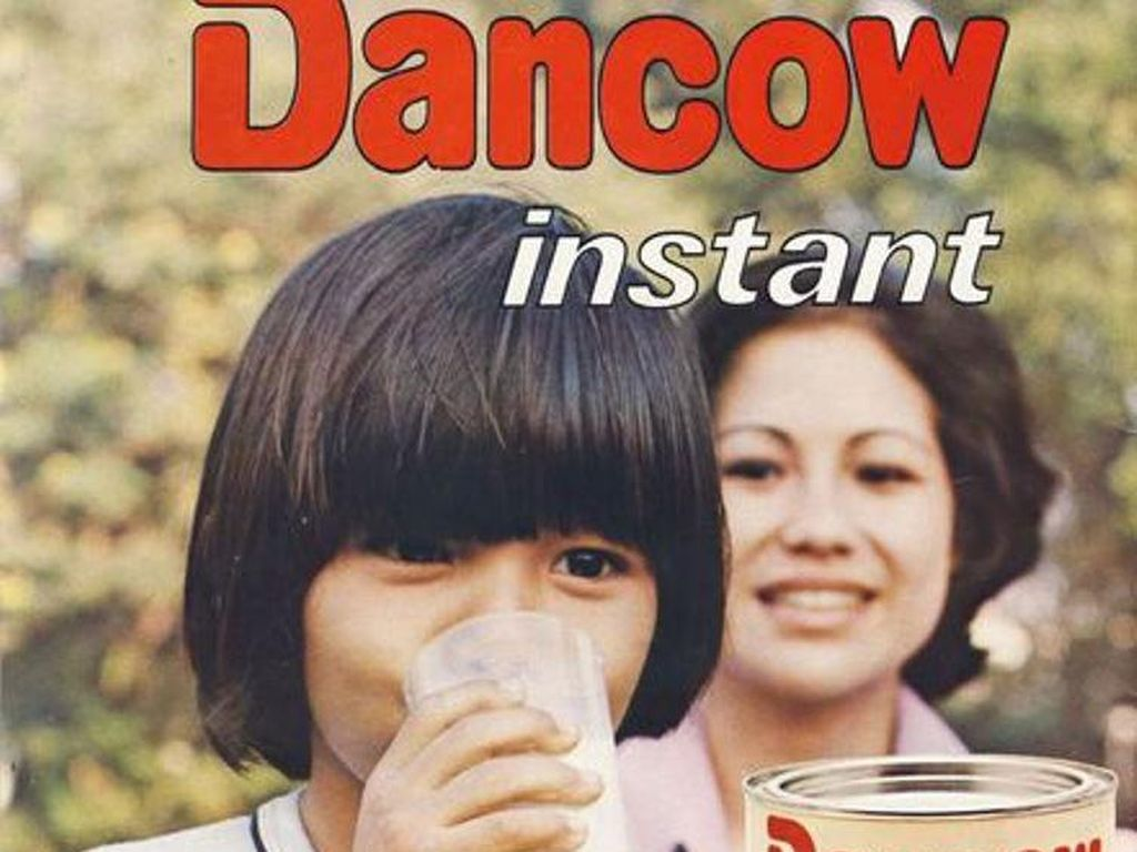 Iklan susu Dancow full cream ini dibuat dengan cukup kreatif. Model potongan rambut bob sedang tren saat itu. Wah, dijamin bikin susu cukup 4 detik!