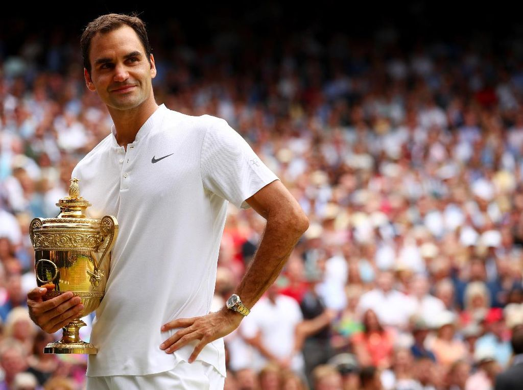 Roger Federer berpose bersama trofi juaraWimbledon 2017. Federer mengalahkan Marin Cilic di babak final 6-3, 6-1, 6-4 di Centre Court, 16 Juni 2017. (Clive Brunskill/Getty Images)