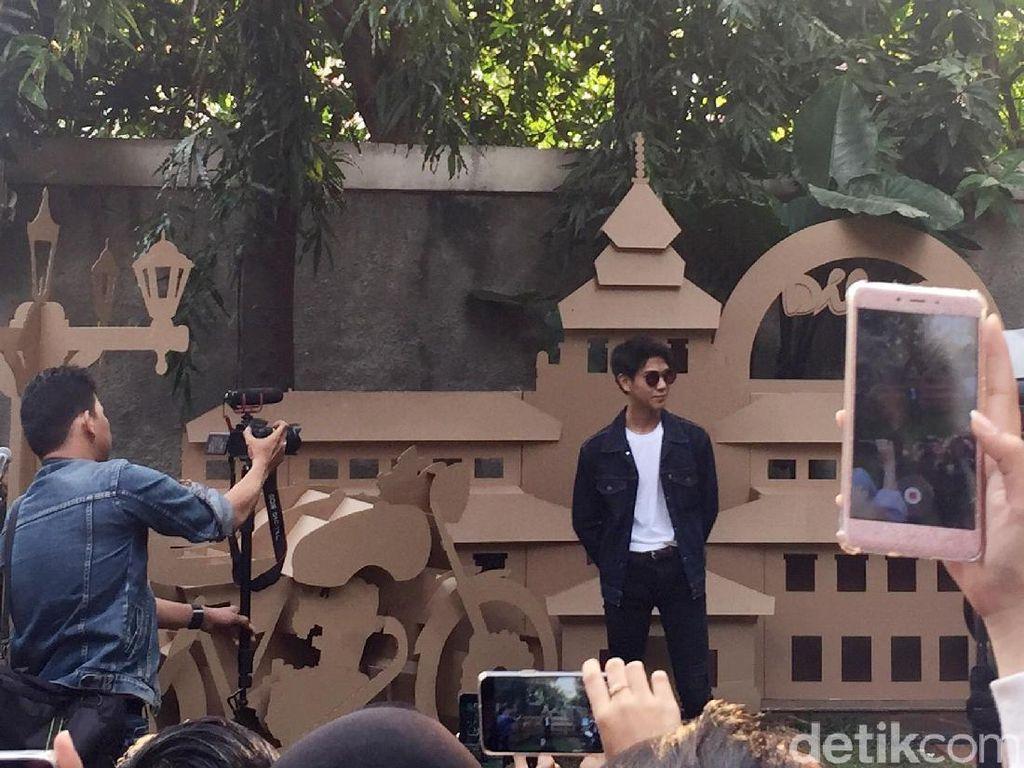 Iqbaal tampil dengan jaket jeans, kaus putih dan jeans.