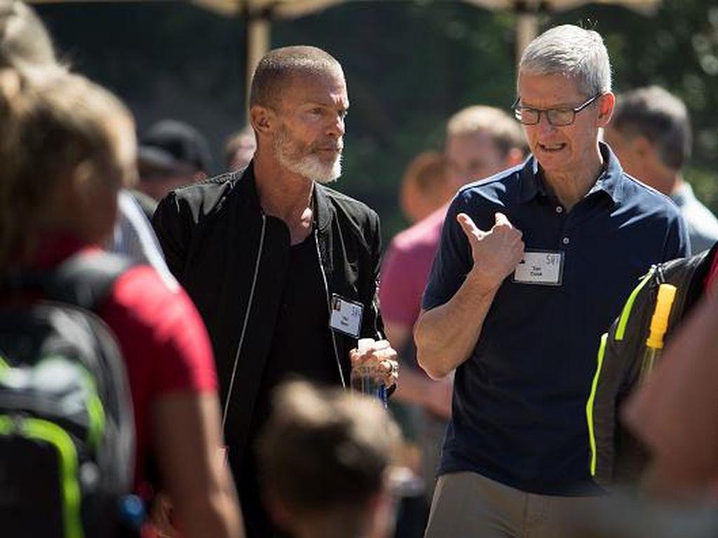 Kalau ini CEO Apple Tim Cook bersama Aviv Nevo, seorang venture capitalist. Foto: Getty Images
