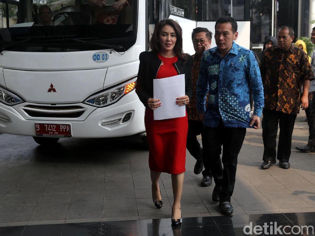 Ketua Pansus angket Pelindo II Rieke Diah Pitaloka tiba di gedung KPK, Jakarta.