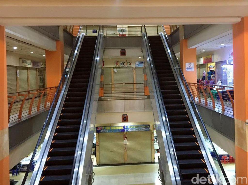 Eskalator yang dulu ramai oleh pengunjung naik turun kini tampak sepi.