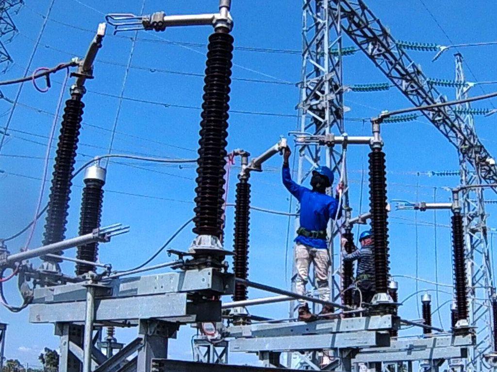 Sistem kelistrikan di Kalteng termasuk di dalam sistem kelistrikan interkoneksi Kalimantan Selatan (Kalsel) dan Kalteng. Daya mampu yang dapat disuplai untuk kedua Provinsi tersebut sebesar 640 Mega Watt (MW) dengan Beban Puncak mencapai 540 MW, sehingga terdapat surplus sebesar 100 MW. Pool/PLN.